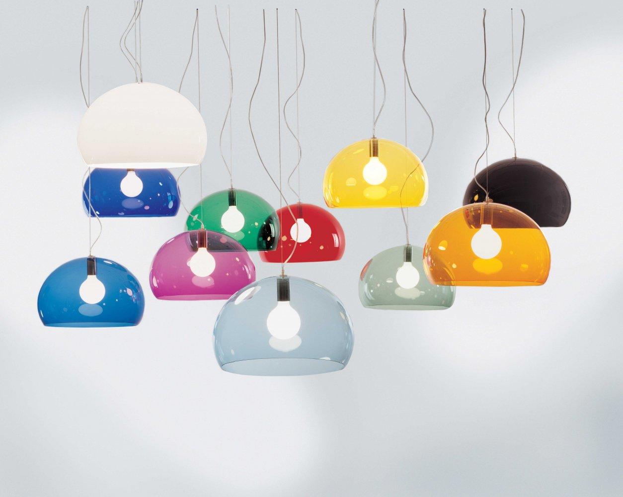 Die Hängeleuchte Fly von Kartell wurde vom Designer Philippe Starck entworfen. Inspiration für diese transparenten farbigen Lampenschirme waren Seifenblasen!